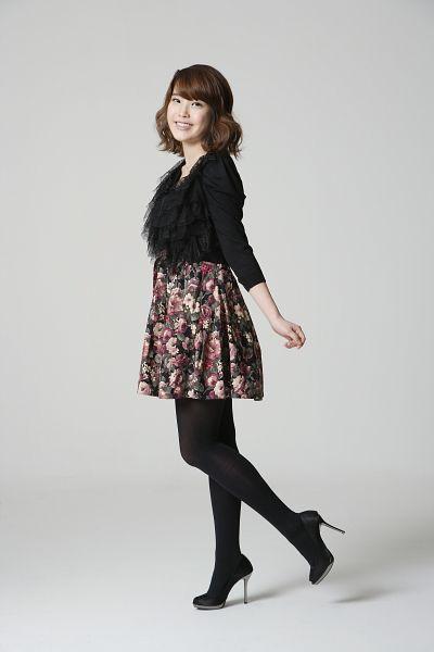 Tags: K-Pop, IU, Pantyhose, Medium Hair, Floral Skirt, Gray Background, High Heels, Standing On One Leg, Skirt, Black Footwear, Leg Up, Black Legwear