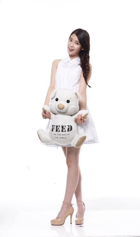 Tags: K-Pop, IU, White Dress, Bare Shoulders, Stuffed Toy, Sleeveless, Single Braid, White Outfit, High Heels, Sleeveless Dress, Light Background, Stuffed Animal