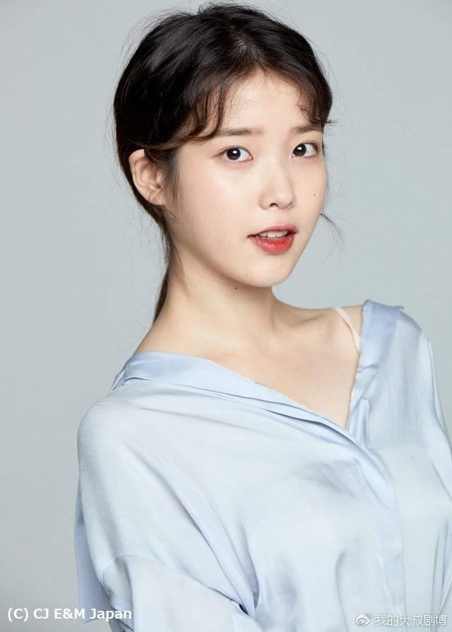 Tags: K-Pop, IU, Chinese Text, Blue Shirt, Mole, Gray Background, Make Up, Facial Mark