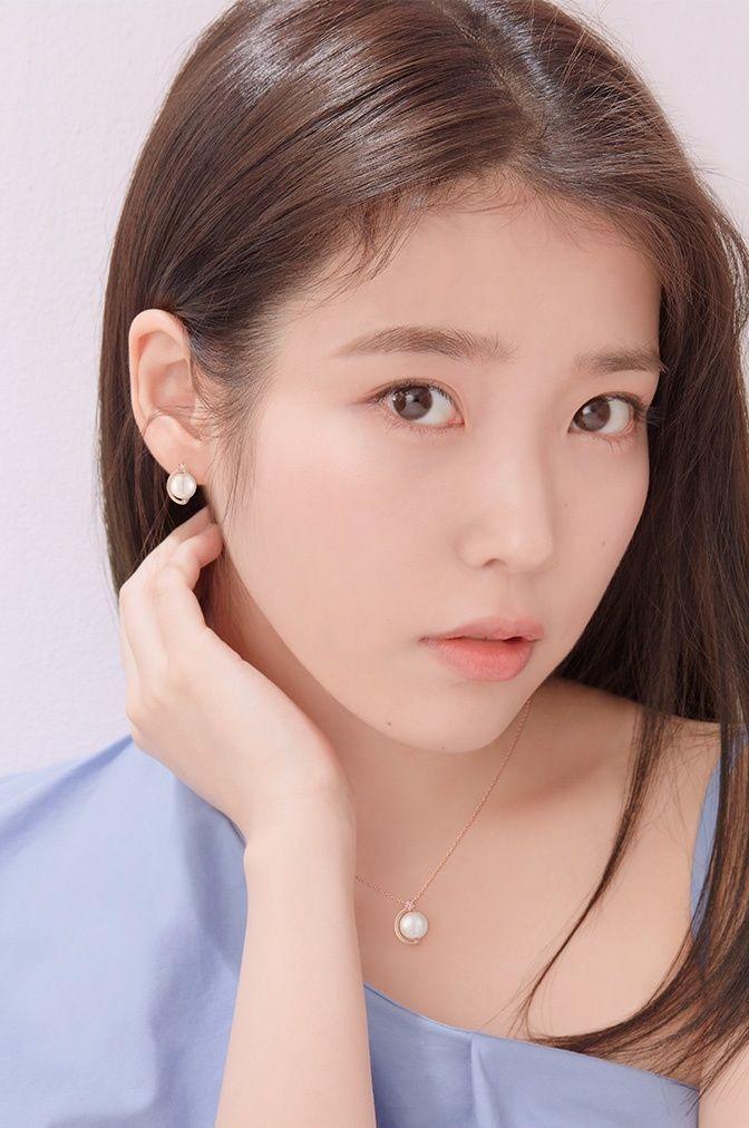 Tags: K-Pop, IU, Serious, Mole, Facial Mark, Blue Shirt, Hand On Neck, J.Estina