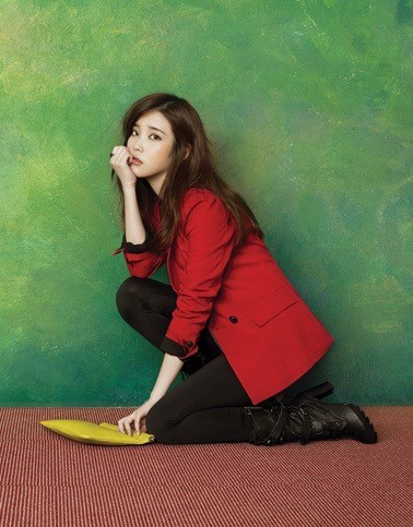 Tags: K-Pop, IU, Bag, Red Outerwear, Brown Pants, Kneeling, Green Background, Boots, Ysb