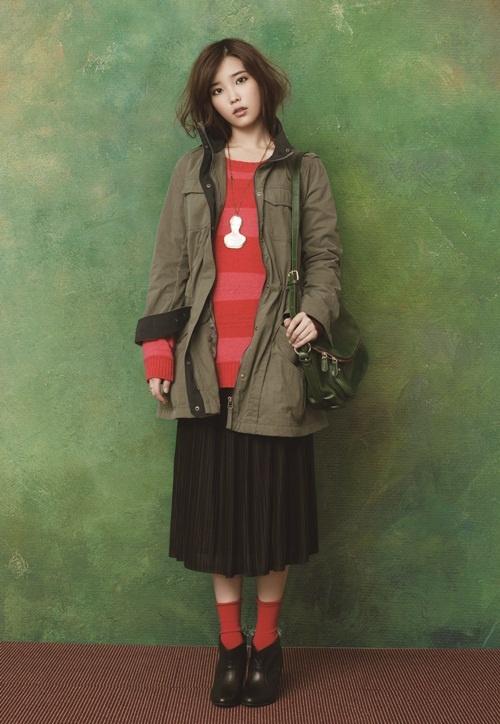 Tags: K-Pop, IU, Necklace, Red Shirt, Striped, Black Footwear, Red Legwear, Green Background, Striped Shirt, Brown Skirt, Bag, Ysb