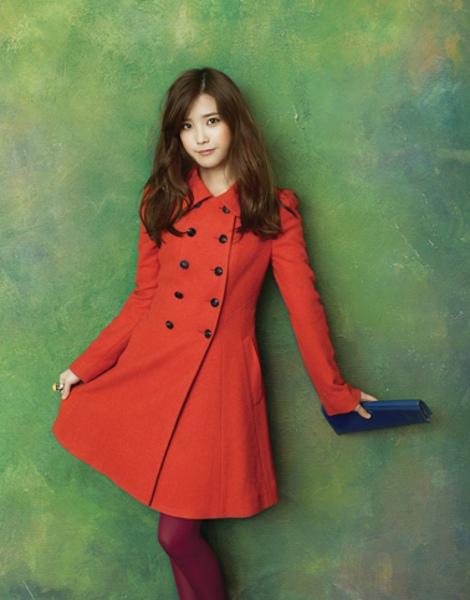 Tags: K-Pop, IU, Red Outerwear, Ring, Green Background, Coat, Bag, Purple Legwear, Ysb