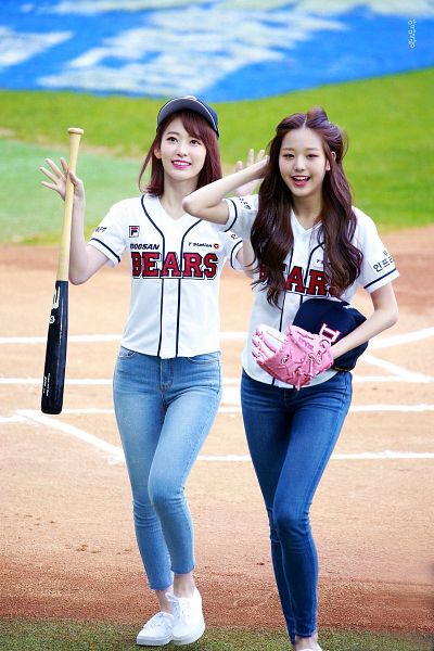 Tags: J-Pop, K-Pop, HKT48, IZ*ONE, Jang Wonyoung, Miyawaki Sakura