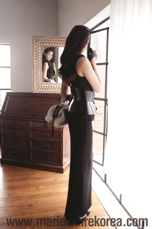 Tags: K-Drama, Im Soo-hyang, Bag, Black Dress, Curtain, Black Gloves, Mirror, Window, Gloves, Black Outfit, Glass, Reflection