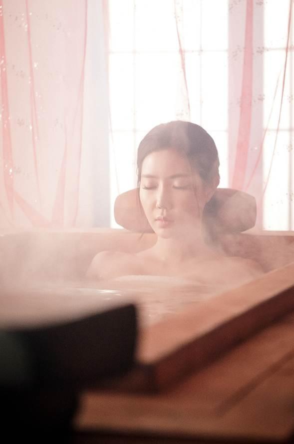 Tags: K-Drama, Im Soo-hyang, Bathtub, Bathroom, Water, Smoke, Eyes Closed, Bathing, Curtain, Bare Shoulders, Inspiring Generation