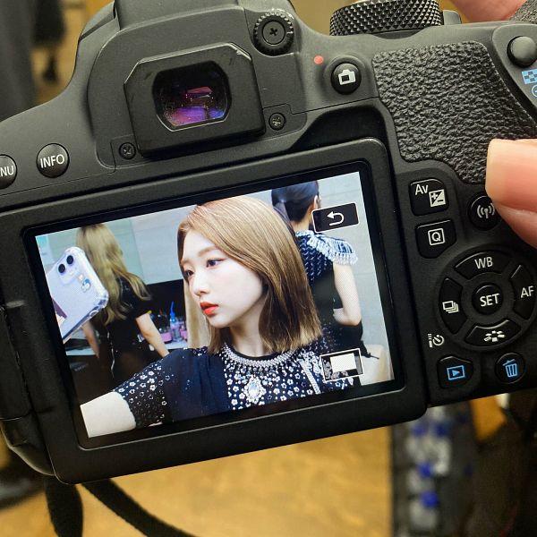 Tags: K-Pop, LOOΠΔ, Im Yeojin, Smartphone, Taking Selca, Looking at Phone