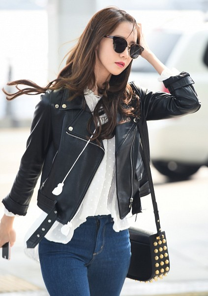 Tags: K-Pop, Girls' Generation, SM Town, Im Yoona, Airport, Glasses, Wind, Mobile Wallpaper
