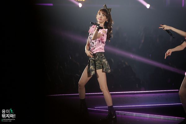 Tags: Girls' Generation, Im Yoona, Bow, Hair Bow, Spotlight, Stage, Black Bow, Pink Shirt, High Heeled Boots, Green Shorts, Black Footwear, Live Performance
