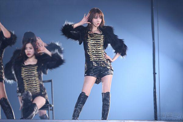 Tags: Girls' Generation, Im Yoona, Black Jacket, Black Footwear, Knee Boots, Black Shorts, Wallpaper, Tokyo Dome, Live Performance