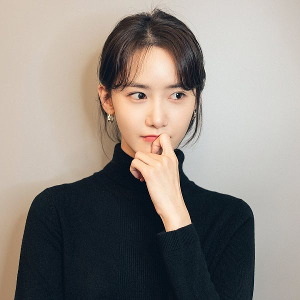 Tags: K-Pop, Girls' Generation, Im Yoona, Hair Up, Gray Background, Ponytail, Looking Away, Chin In Hand, Finger To Lips, Sweater