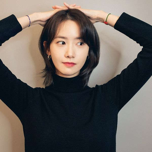 Tags: K-Pop, Girls' Generation, Im Yoona, Looking Away, Sweater, Medium Hair, Gray Background, Arms Up, Bracelet
