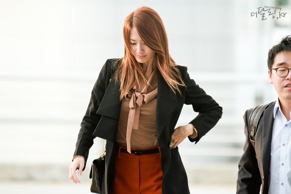 Tags: K-Pop, Girls' Generation, Im Yoona, Looking Down, Red Shorts, Airport, Ring, Brown Shirt, Bag