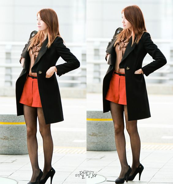 Tags: K-Pop, Girls' Generation, Im Yoona, Pantyhose, High Heels, Red Shorts, Airport, Hand In Pocket, Brown Shirt, Black Footwear, Shoes
