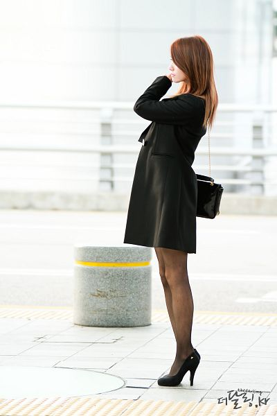 Tags: K-Pop, Girls' Generation, Im Yoona, Pantyhose, High Heels, Airport, Full Body, Black Footwear, Bag, Shoes