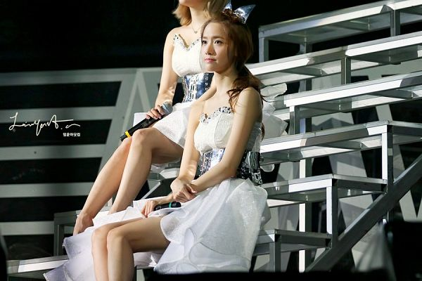 Tags: K-Pop, Girls' Generation, Im Yoona, Hair Bow, White Dress, Bare Shoulders, Bow, White Outfit, Stairs, Sitting On Stairs, Looking Ahead, Matching Outfit