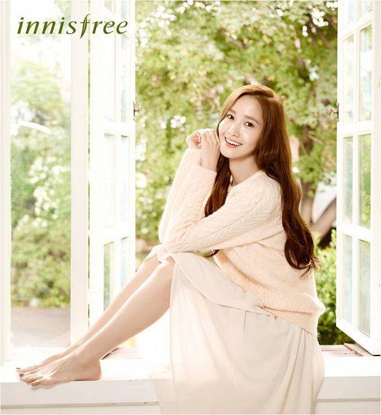 Tags: K-Pop, Girls' Generation, Im Yoona, Bare Legs, Sweater, Wavy Hair, White Skirt, Skirt, Window, Text: Brand Name, Innisfree