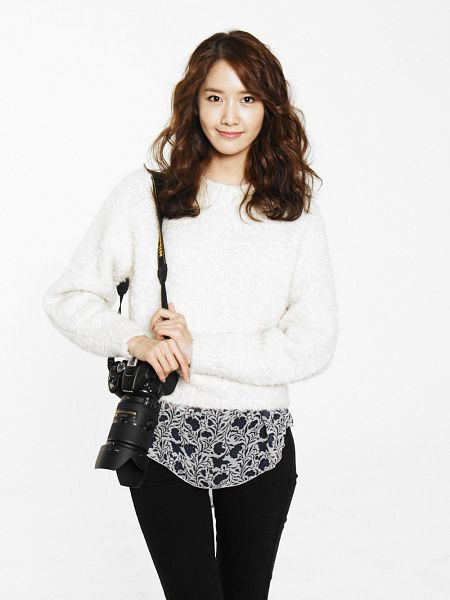 Tags: K-Pop, Girls' Generation, Im Yoona, Wavy Hair, Light Background, White Background, Sweater, Camera, Black Pants, Android/iPhone Wallpaper
