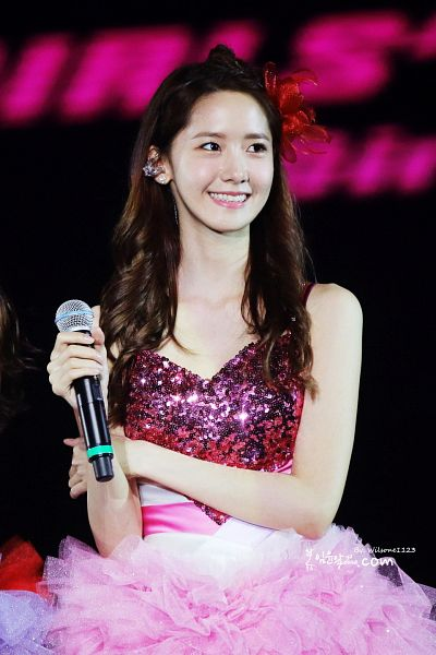 Tags: K-Pop, Girls' Generation, Im Yoona, Bare Shoulders, Sleeveless Dress, Sleeveless, Dark Background, Collarbone, Pink Outfit, Pink Dress, Red Headwear, Black Background