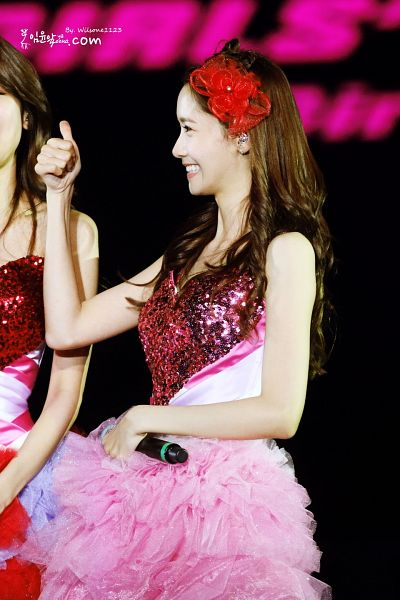 Tags: K-Pop, Girls' Generation, Im Yoona, Matching Outfit, Red Headwear, Dark Background, Side View, Bare Shoulders, Pink Outfit, Sleeveless, Sleeveless Dress, Black Background