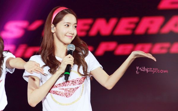 Tags: K-Pop, Girls' Generation, Im Yoona, Pink Headwear, Matching Outfit, Text: Artist Name, Headdress, Hairband, Looking Away, Hold Out Hand, Girls' Generation 2nd Japan Tour; Girls And Peace, Yoonaya