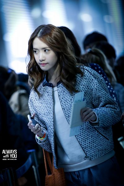 Tags: K-Pop, Girls' Generation, Im Yoona, Bag, Phone, Airport, Looking Away, Passport, Smartphone, White Outerwear, White Jacket, Gray Pants