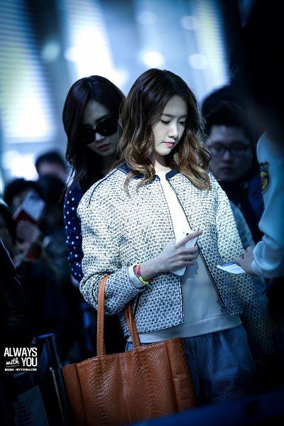 Tags: K-Pop, Girls' Generation, Im Yoona, Kwon Yuri, Eyes Closed, White Outerwear, White Jacket, Striped Pants, Bag, Gray Pants, Looking Down, Airport