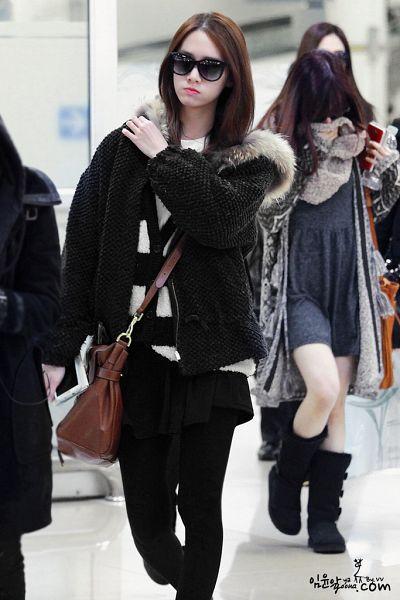 Tags: K-Pop, Girls' Generation, Im Yoona, Bag, Black Pants, Bare Legs, Hand On Shoulder, Striped, Pouting, Shoes, Black Footwear, Striped Shirt