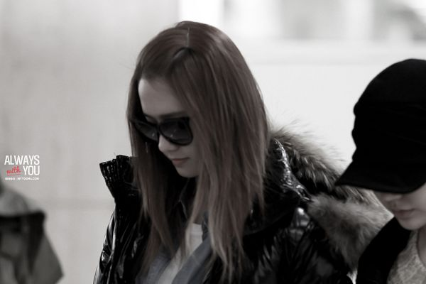 Tags: K-Pop, Girls' Generation, Im Yoona, Black Outerwear, Glasses, Airport, Sunglasses, Looking Down, Denim Shirt, Monochrome, Covering Eyes, Black Jacket