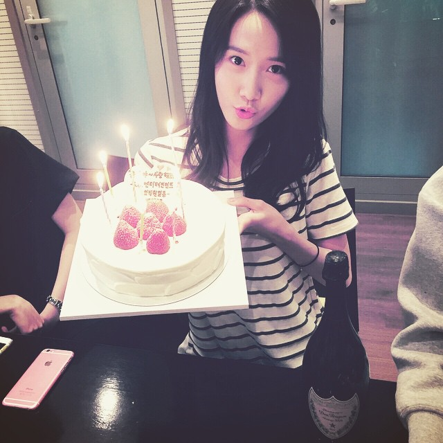 Tags: K-Pop, Girls' Generation, Im Yoona, Sweets, Cake, Chair, Fruits, Striped Shirt, Strawberry, Sitting On Chair, Striped, Instagram