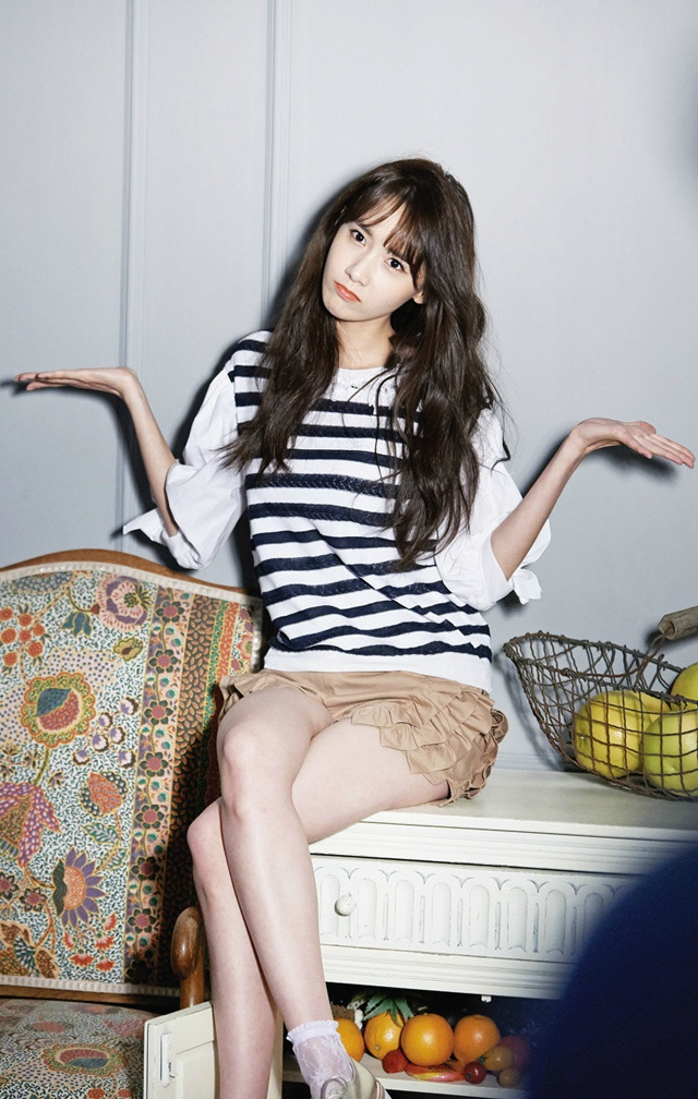 Tags: Girls' Generation, Im Yoona, Wavy Hair, Crossed Legs, Head Tilt, Striped Shirt, Brown Shorts, CeCi