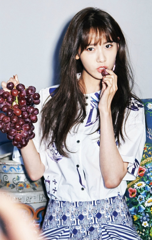 Tags: K-Pop, Girls' Generation, Im Yoona, Grapes, Eating, Food, Blue Skirt, Skirt, Fruits, Gray Background, CeCi