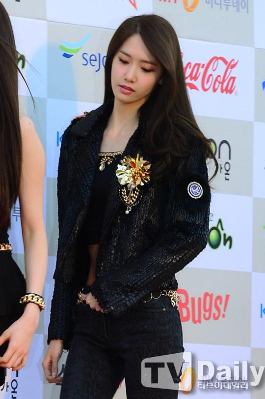 Tags: K-Pop, Girls' Generation, Im Yoona, White Background, Eyes Half Closed, Midriff, Checkered, Looking Down, Black Pants, Bracelet, Black Shirt, Black Jacket