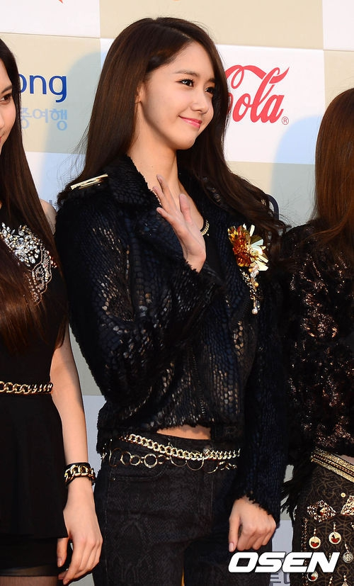 Tags: K-Pop, Girls' Generation, Im Yoona, Checkered Background, Black Outfit, Wave, Midriff, Belt, Looking Ahead, Black Pants, Checkered, Bracelet