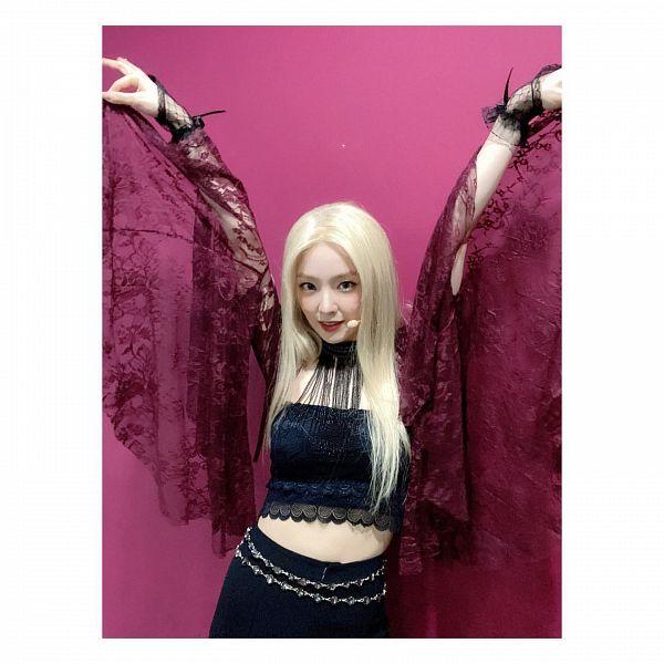 Tags: K-Pop, Red Velvet, Red Velvet - Irene & Seulgi, Irene, Pink Background, Red Lips, Midriff, White Border, Arms Up, Shorts, Frame, Belt