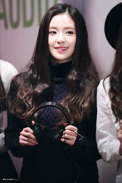 Tags: K-Pop, Red Velvet, Irene, Headphones, Looking Away, Black Shirt, Android/iPhone Wallpaper