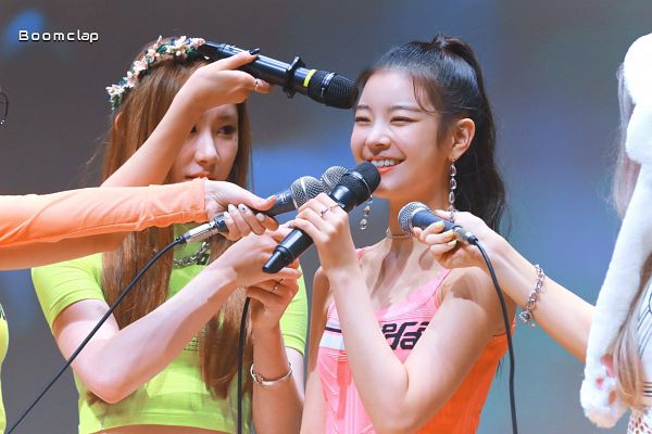 Tags: K-Pop, Itzy, Lia, Lee Chaeryeong, Holding Object, Necklace, Pink Shirt, Hair Up, Bare Shoulders, Crop Top, Ponytail, Green Shirt