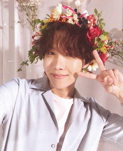 Tags: K-Pop, BTS, J-Hope, V Gesture, Red Flower, Orange Flower, White Flower, Crown, Leaf, Blue Shirt, Bracelet, Collar (Clothes)