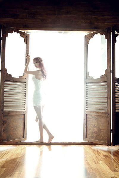 Tags: K-Pop, 4L, J-na, Barefoot, Sleeveless Dress, White Outfit, White Dress, Back, Light Background, Bare Shoulders, Sleeveless, White Background