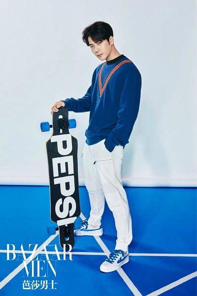 Tags: K-Pop, Got7, Jackson, Pants, Skateboard, Hand In Pocket, Serious, White Pants, Text, Blue Shirt, Short Hair, Chinese Text