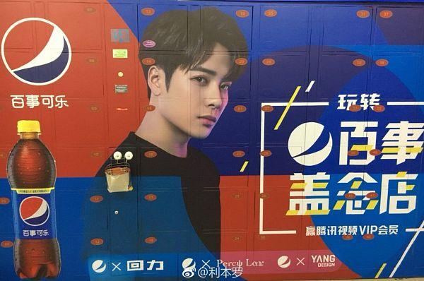 Tags: K-Pop, Got7, Jackson, Lockers, Black Shirt, Serious, Chinese Text, Text, Short Hair, Pepsi