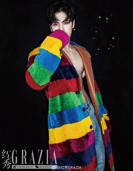 Tags: K-Pop, Got7, Jackson, Simple Background, Covering Mouth, Dark Background, Text, Chinese Text, Black Background, Jeans, Striped, Striped Outfit