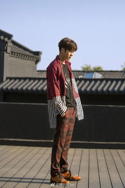 Tags: K-Pop, Got7, Jackson, Standing, Looking Ahead, Striped Shirt, Palace, Text, Pants, Eyes Closed, Full Body, Chinese Text
