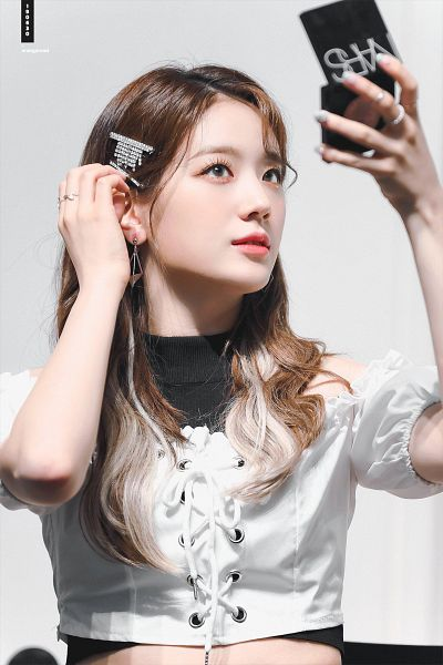 Tags: K-Pop, fromis 9, Jang Gyuri, Bare Shoulders, Looking At Reflection, Light Background, Reflection, White Background, Hair Ornament, Hair Clip, Ring, Blue Eyes