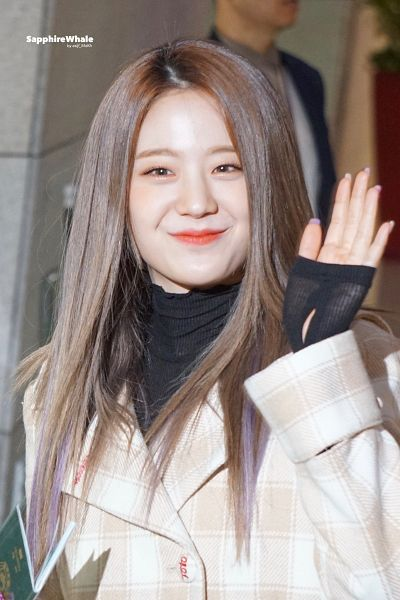 Tags: K-Pop, fromis 9, Jang Gyuri, Checkered Jacket, Black Shirt, Looking Ahead, Nail Polish, Coat, Red Lips, Wave, Checkered, Make Up