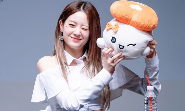 Tags: K-Pop, fromis 9, Jang Gyuri, Wink, Straw, Gray Background, Ring, Make Up, Bare Shoulders, Toy, Holding Object, Stuffed Toy