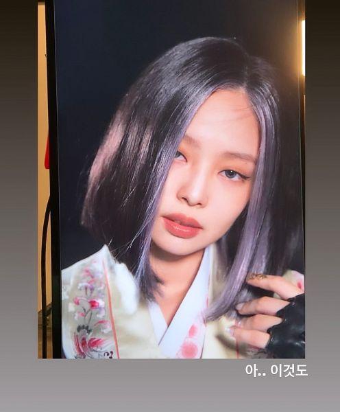 Tags: K-Pop, Black Pink, Jennie Kim, Gray Eyes, Black Gloves, Multi-colored Hair, Gray Hair, Fingerless Gloves, Gloves, Dark Background, Traditional Clothes, Korean Text