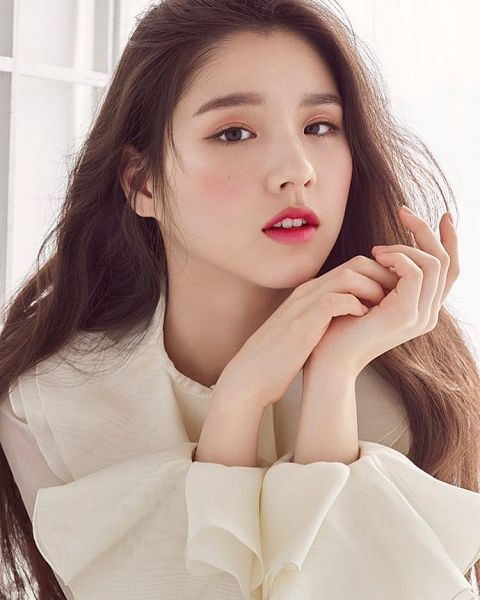 Tags: K-Pop, LOOΠΔ, Jeon Heejin, Make Up, Blush (Make Up), Red Lips, Magazine Scan, Innisfree, High Cut