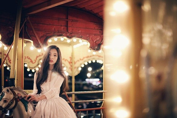 Tags: K-Pop, LOOΠΔ, ViVid, Jeon Heejin, Carousel, Toy, White Outfit, Serious, White Dress, Animal, Amusement Park, Black Eyes