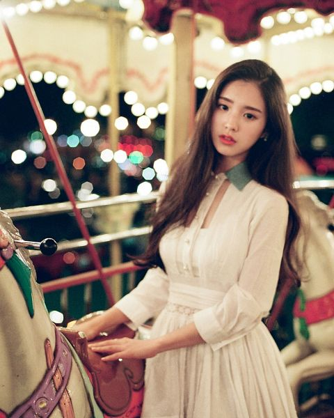 Tags: K-Pop, LOOΠΔ, ViVid, Jeon Heejin, Animal, Amusement Park, Black Eyes, Horse, Carousel, Toy, White Outfit, Serious